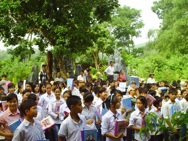 Caritas Phát Diệm tổ chức trao học bổng, sách vở cho các em học sinh nghèo