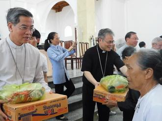 HĐGM Việt Nam cứu trợ nạn nhân bão lụt tại giáo xứ Đông Yên và Quý Hòa