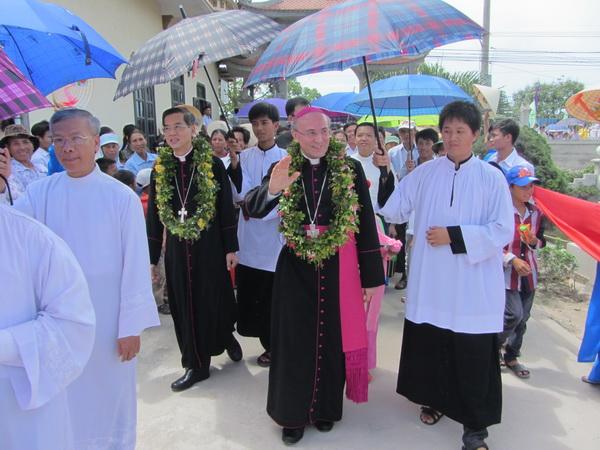 Tâm tình của đoàn chiên và chủ chiên trong dịp Đức Tổng Giám Mục Leopoldo Girelli thăm giáo xứ Hóa Lộc
