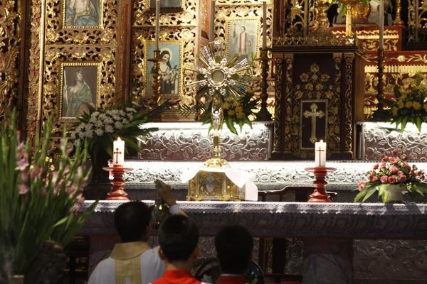 Giáo xứ Chính Tòa chầu Thánh Thể thay mặt giáo phận