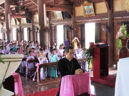Đức cha Giuse Nguyễn Năng viếng thăm mục vụ và ban bí tích Thêm Sức tại giáo xứ Khiết Kỷ