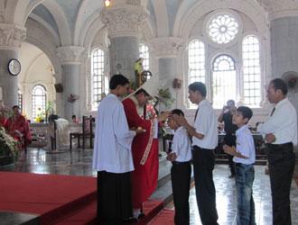 Thánh lễ ban Bí tích Thêm sức tại giáo xứ Tôn Đạo